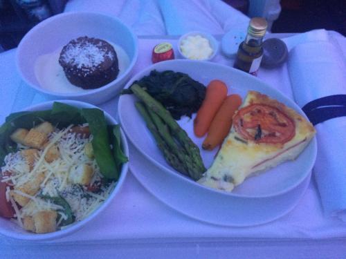 LATAMの機内食、この便もかなり美味しかった。<br />キッシュもガトーショコラもうまうま。<br />この朝食かなり良い。