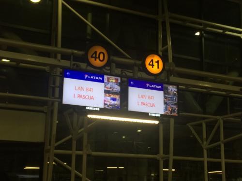 ホテルの送迎車で空港まで。<br />イースター島行きゲート!!