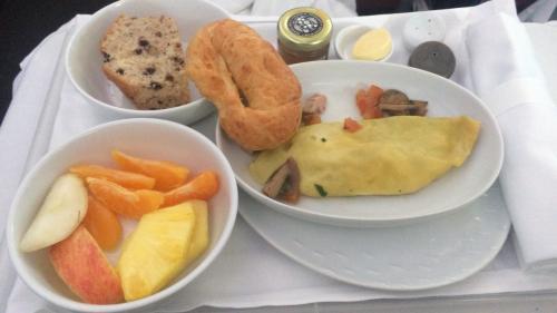 機内食はオムレツ。。。見るからにカチカチ。<br />オムレツ少し食べてギブ。フルーツは完食。<br />食後はしばしお昼寝。