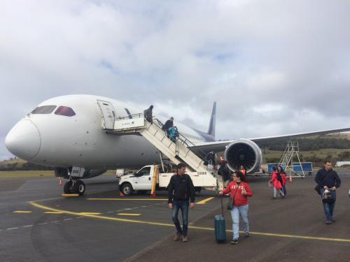 イースター島に到着!!<br />機材は787だった!!<br />もっと小さい機材かと思ってたけど、イースター島行く人かなり多いのね。<br />