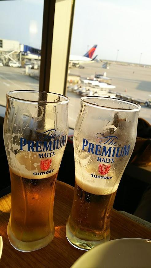 出国審査を終えて今度は飛行機を眺めながら乾杯!笑<br />写真を撮る前にこんなに飲んでしまって…<br />ラウンジで充電もできるしプライオリティパスがあると空港の時間が本当に便利です。