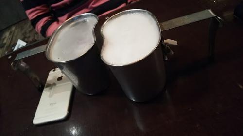 """ソウルの1杯目は""""生ビールがおいしいお店""""と認定されているコチラで。<br />これ、ビールです。<br />ミリタリーなお店で、軍が使っていた水筒を使っているんだとか。<br />弘大にあるタッナルダというお店です。"""