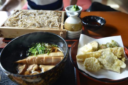 ざるそばと暖かいうどんを注文。<br />天ぷらは初めて食べる山菜ばかりで中々美味しかったです。<br /><br />ご飯を食べたら山形へ向かいます。<br /><br />山形旅行記はこちら↓<br />http://4travel.jp/travelogue/11270386