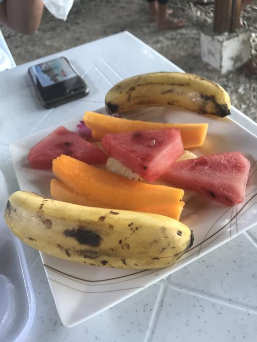 食後にはフルーツも。<br />バナナは日本で見るものよりも黄色味が強く、甘かったです。