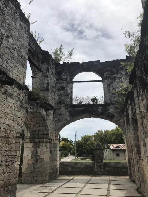 帰り道では、スペイン統治時代の要塞と教会へ。<br />こちらは要塞。<br />海賊が来襲した時に迎え撃つための拠点だったとのこと。<br /> <br /><br /><br />