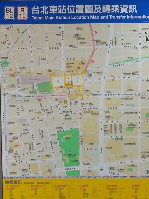 約1時間で台北駅へ着きました。<br /><br />何度も来ているので、方向はわかるはず・・・。<br /><br /><br /><br />あーーー、列車は地階に着くので、方向がよくわからない!!!<br />(盲点・・・)<br /><br />地図を頼りに歩きます。