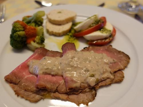 夕食もホテルで。<br /><br />前菜のローストビーフ。なかなかおいしい。