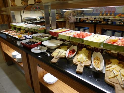 朝食ビュッフェ。選択肢が多くてうれしい。<br /><br />この日は、デチャニとペーヤの二つの修道院を巡りました。<br />http://4travel.jp/travelogue/11273307
