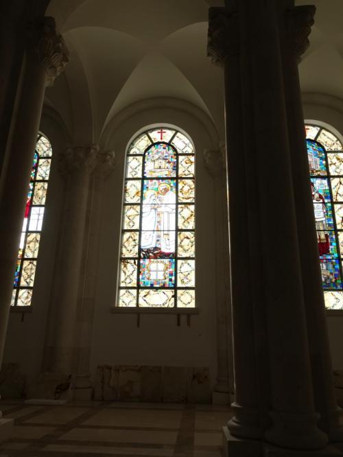 マザーテレサと教皇ヨハネス・パウロ二世を描いたステンドグラス。