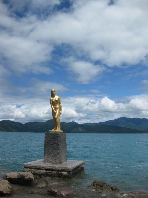 そして、田沢湖に行きました。<br /><br />こんな美しい湖は初めてでした。<br /><br />たつこ像の周りは撮影する人でいっぱい!