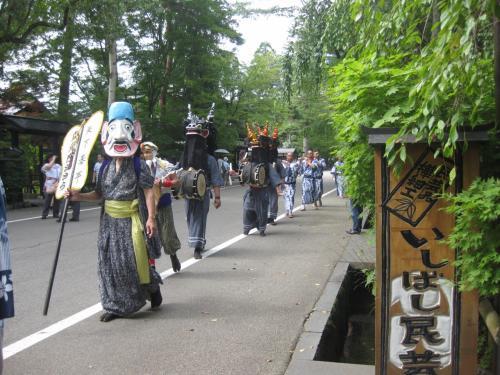 途中、太鼓の音がして外へ出てみると、祭の行列が・・・<br /><br />民芸店の人に聞くと、お盆の「ささら舞」という郷土の行事でした。<br /><br />こんな日に出会えるなんて、幸運でした。