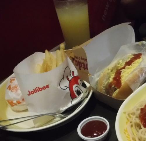 着いたらまずジョリビーでランチ!<br /><br />主人はチキンとごはんのセットに、チーズホットドッグを追加。<br />チキンはポテトの影に隠れてしまっていますが…<br /><br />