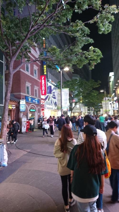 土曜日の夜のわりには<br />やはり 人通りが少ない明洞