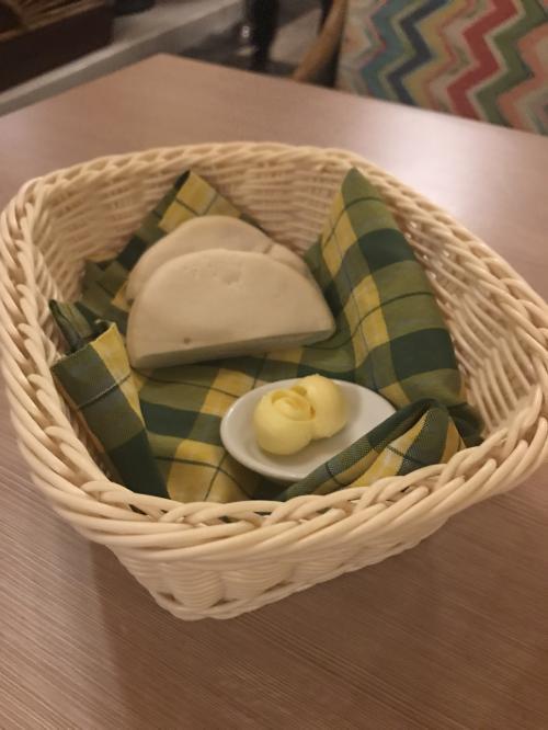 他のレストランでもそうでしたが、最初にパンが出て来ます。<br /><br />種類はお店によって違いました。<br />ここのも美味しい!<br /><br />