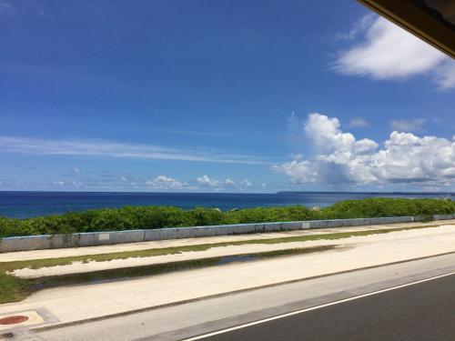 ダッキーツアーに行く途中、沿岸の道を走りました。<br />青空が綺麗!
