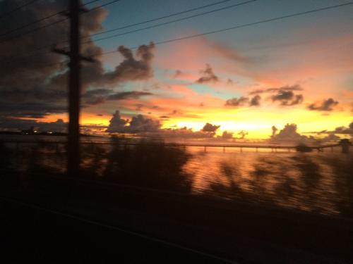 夕陽と雲と水平線
