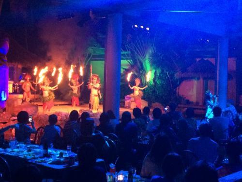 ポリネシアンディナーショーに来ました。<br />食事はバイキングで、ショーはダンス&ダンスです。