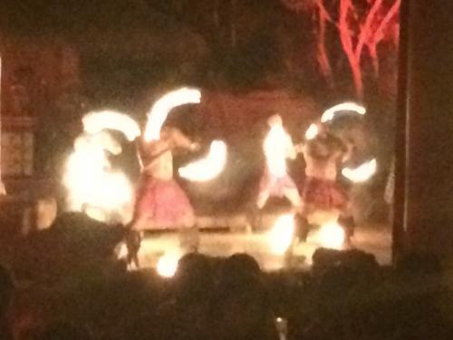 ポリネシアンショーで定番のファイヤーダンス。<br />暗いのでピントが・・・
