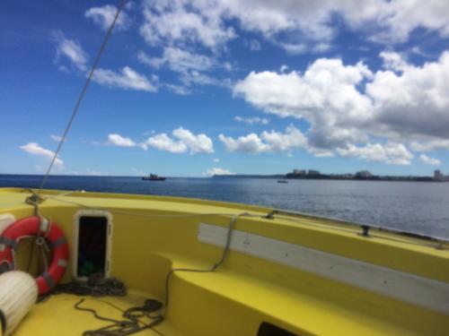 ダッキーの後は両親は休憩。<br />私と弟家族はパラセーリングに向かいました。<br />パラセーリングは船に乗って沖合いに出ます。