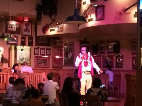 夕食はハードロックカフェにて。<br />ハードロックカフェではプレスリーのソックリさんショーがやっていました。