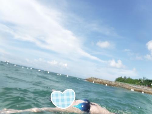 仰向けになってプカプカ。<br /><br />奥に白く見えているのが、遊泳区域を区切るブイです。<br /><br />