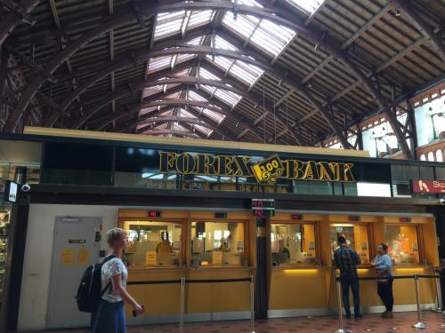 駅でクローネに両替。