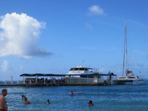 ヒルトンの桟橋からは アトランティス・サブマリン アドベンチャーの船が出港します。潜水艦に乗り換えて、お魚を見るツアーです。