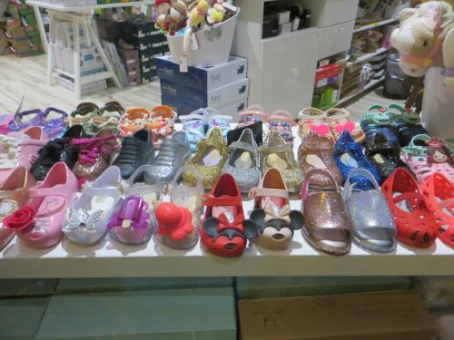 翌日、ワードビレッジへ。この靴屋さんは、左と右が別々でいい香りのする子供の靴をとてもたくさん販売していました。この前、アウラニで孫娘に買い求めたときは、ミッキーとミニーバージョンだけでした!見ているだけで楽しいです。ちなみに、香りはその子がサイズアウトして履けなくなるまで持つそうです。