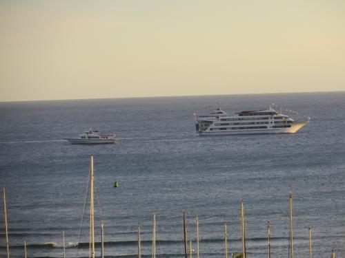 サンセットタイムは、いつもこの二つのクルーズ船が 交差します。