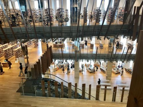 館には市立図書館も併設されてます。あらゆるデザインが凝っています。