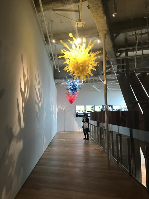 こちらはガラス美術館の常設展。外国からアーティストを招聘し、様々な教育普及活動を交えながら製作したそうです。その記録も展示されてました。