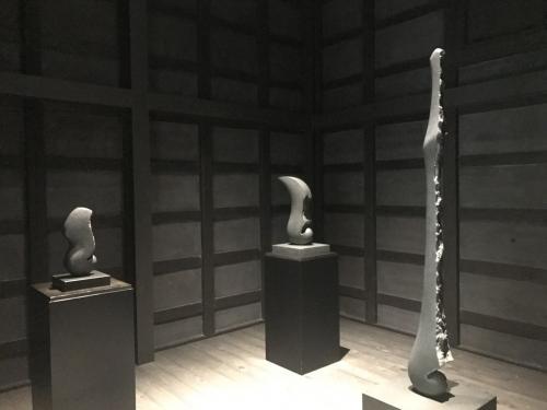 とはいえ、古民家をリノベしており、古い蔵は展示室の1つになっていました。<br />ここだけ撮影可でした。<br />京都の楽家の次男の彫刻作品です。