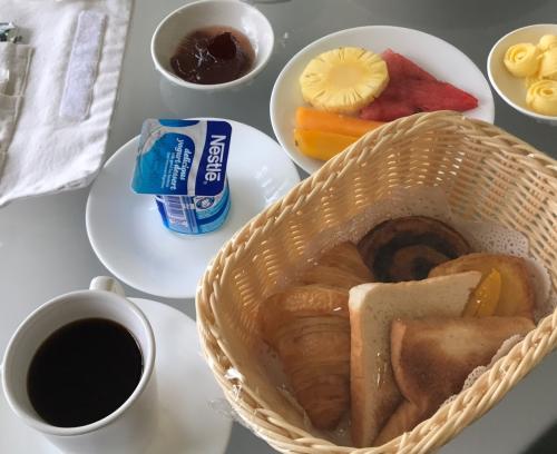 私はコンチネンタルブレックファースト。<br />パンとフルーツの盛り合わせ、ヨーグルト、コーヒー。<br />これも、ヨーグルトとシリアルの選択。<br /><br />2人で1人前じゃ足りないけど、全部は食べきれず、バスケットの中のデニッシュは後ほどおやつに。<br /><br />時間が経ってもパリパリでした。<br /><br /><br /><br />