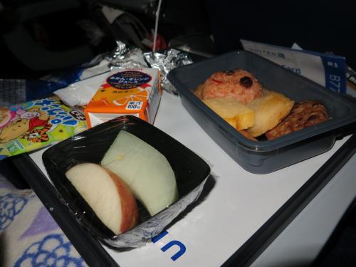 飛んでベルトサインが消えたあたりから、機内食が。<br />まずはキッズメニューを頼んでおいたので、チョウナンクンのから。<br /><br />さすがにお腹がすいたそうで、完食(笑)