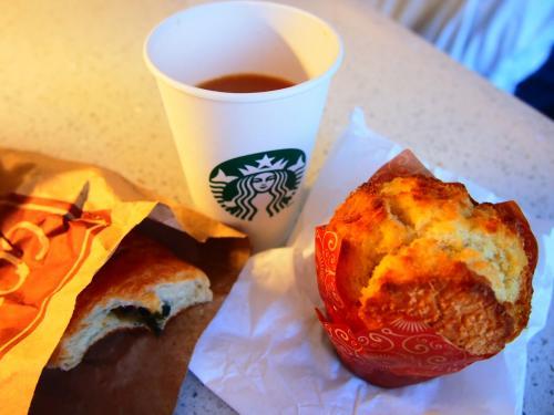 昨日マーケットで買ったマフィン・パンと紅茶でささっと朝ごはん。<br />なんとゆっくりしてたらもう9時半。とっとと出かけるか。