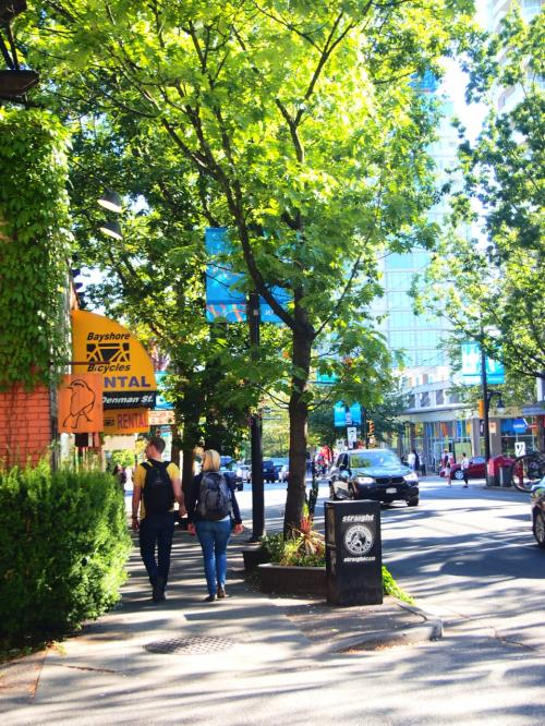5番のバスに乗ってロブソン×デンマンStの交差点で下車。<br />この辺りはレンタルバイク屋さんが軒を連ねてる。