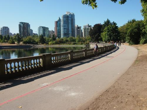 道にはラインがあって、歩行者用・自転車用とわけられているから安全。<br />今日は土曜日で天気もサイコーだからサイクリスト多し。