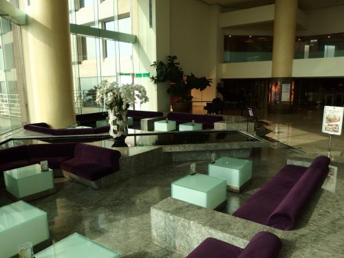 宿泊専用棟であるB棟と、SPA施設やレストランがあるA棟とは1階ロビーで繋がっています。<br />今日も7時から開いている地下1階のSPAで朝風呂♪<br />