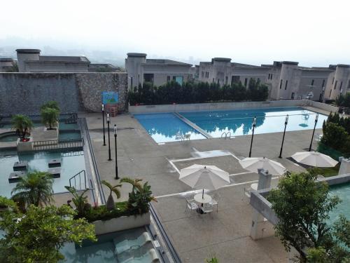 食後に、3階ロビーのテラスから見たプールエリア。<br />左は、温泉エリアです。<br />このホテルは、B1にある裸湯+水着着用の温泉エリアと、<br />B2にある眼下のプール+温泉エリアの2カ所があります。
