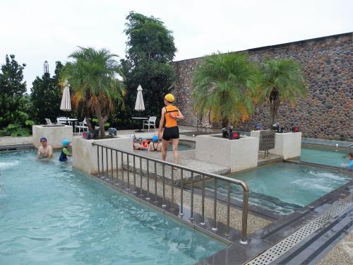 裸湯エリアの温泉より温度は低め。<br /><br />ひととおり体験した後は、やっぱり温かいお風呂でしょう!<br />ということで・・・・・・<br />