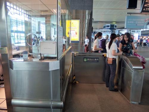 駅員に見せて、パスポートで身元確認の後、押印してもらってから入ります。