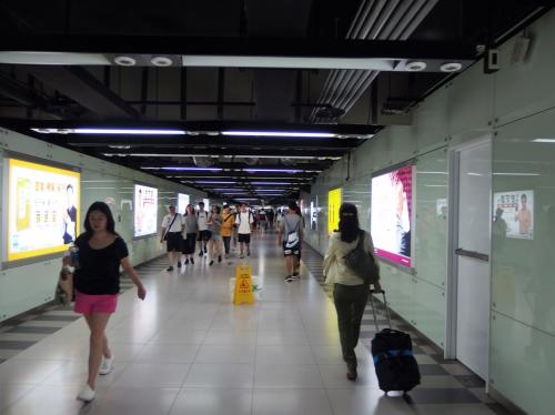 40分で台北到着。<br />高鐵からMRTに乗り換えるため、地下道を移動します。<br />けっこう移動距離があります。<br />でも、案内表示を見ていけば、無事たどり着けます。<br />漢字の国って、やっぱり便利!