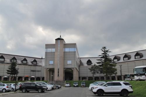 猪苗代駅から裏磐梯レイクリゾートの送迎バスに乗車し、15:00頃ホテル着