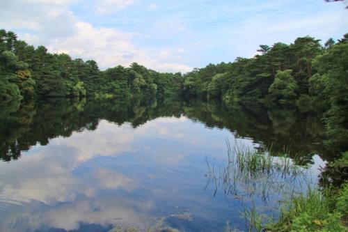 裏磐梯物産館を通り抜けるとすぐ柳沼があります。<br />水面に青空が映り込んで綺麗です。<br />
