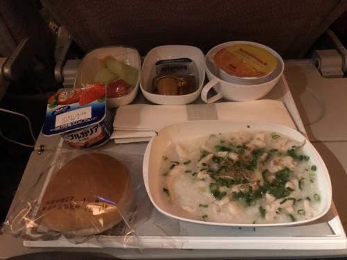 到着前の機内食はお粥です。<br />あっさりしていて優しい味。<br /><br />機内ではあまり眠れず、長旅の疲れもあり、体がだるい。。。(-_-)