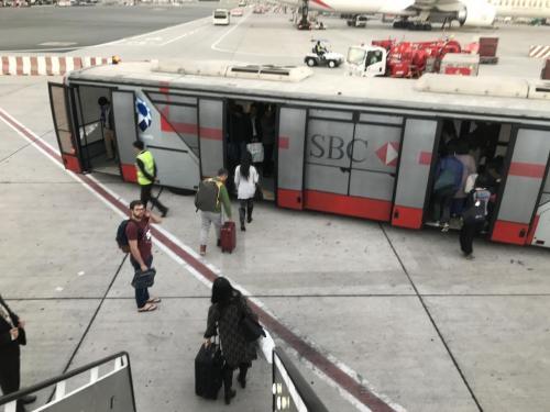 空港の敷地が広いのか、移動時間が長かった。。。<br />バスの中も蒸し暑く、立ちっぱなしだったので、到着早々疲れました(;´Д`)<br />