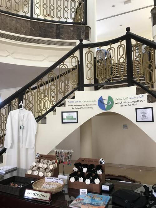 モスクの隣の建物に受付があり、ここで参加費を支払います。<br />費用は10Dhsだったかな。<br /><br />ラクダ石鹸などのお土産も売っています。<br />