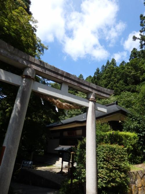 神社の鳥居を出て、先に進みます。