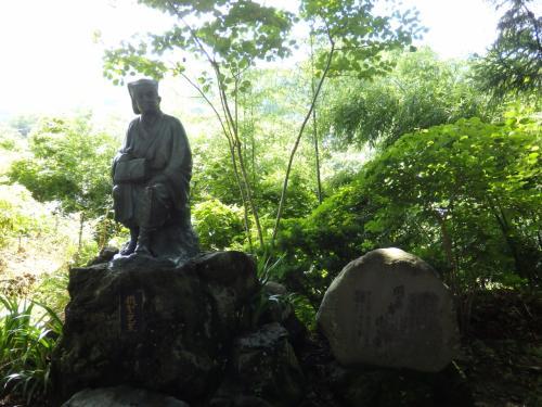 松尾芭蕉の像。(逆光でよく写ってませんが…)<br /><br />山寺で詠まれた有名すぎる芭蕉の句<br />「閑さや 岩にしみ入る 蝉の声」<br /><br />ここでは現在も蝉の声が響いていました。<br />でも、観光客がたくさんいるので、芭蕉が心を打たれた「静寂の中に蝉の声が響いていた」という情景とはかけ離れていたかもしれない(^^;