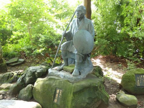弟子の曾良の像が隣に。<br /><br />芭蕉と曾良が山寺を訪れたのは1689年。<br />江戸の深川を出発して、陸奥、出羽、北陸の各地を訪ね、156日間で美濃の大垣に到着。この旅について記したのが紀行文「奥の細道」です。